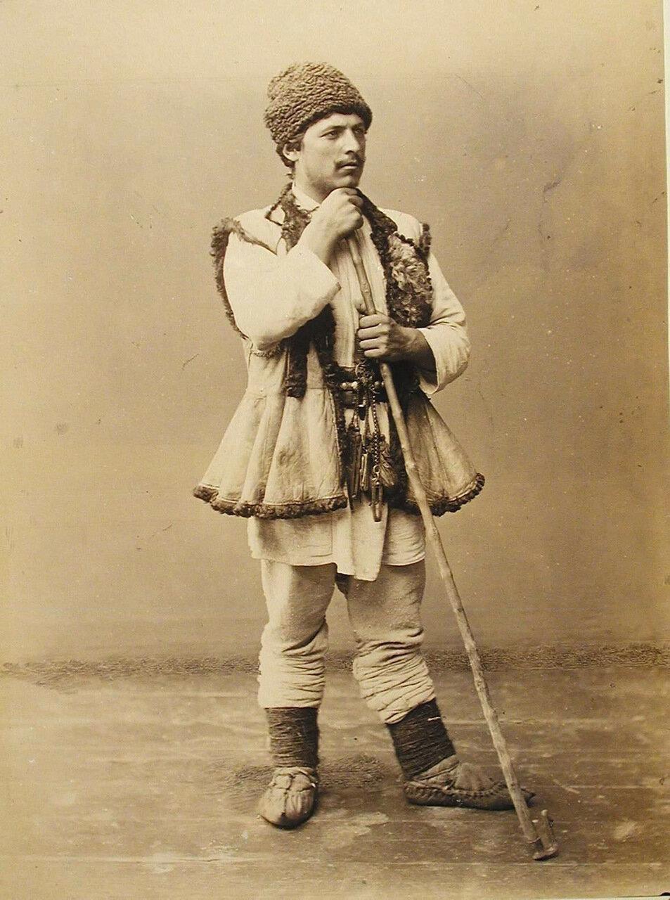 24. Один из участников выставки в костюме чабана