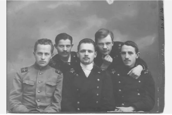 Студенты Санкт-Петербургского Политехнического института. В центре — Михаил Кустов