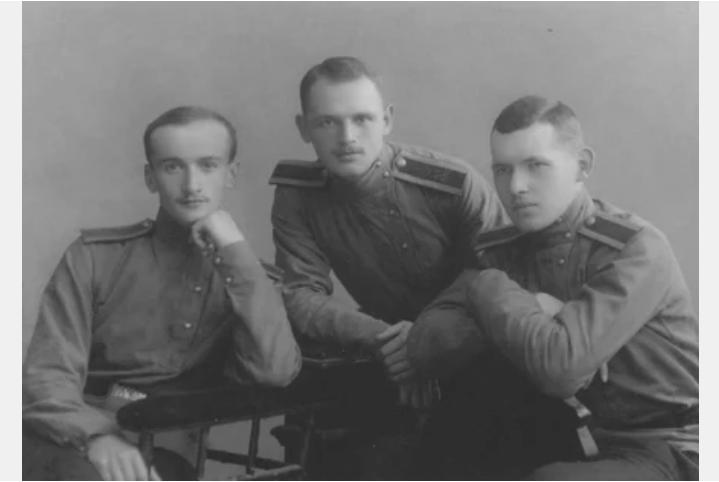 Михаил Кустов (в центре) с товарищами по Михайловской артиллерийской академии. Возможно, один из друзей и есть автор письма?