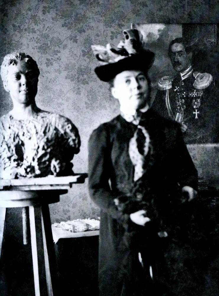 Нордман позирует Репину для скульптурного портрета. 1901-1902