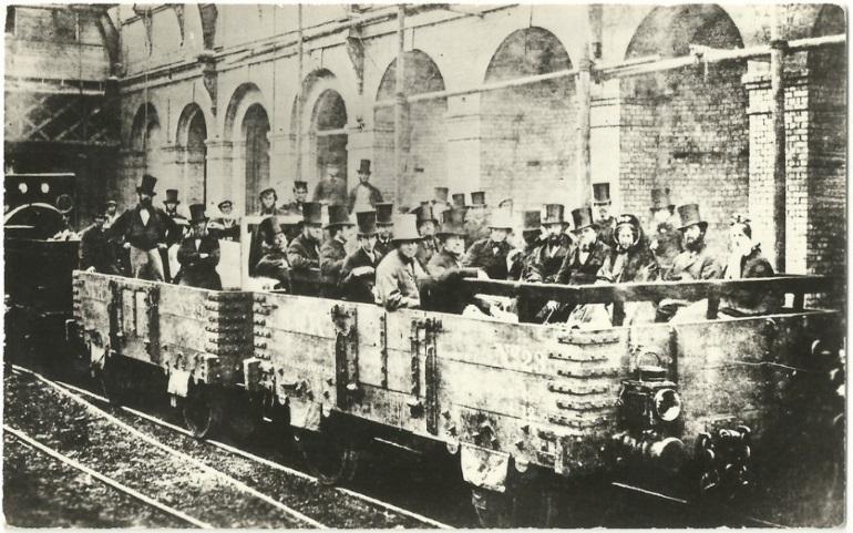 Первая линия метрополитена была запущена в Лондоне в 1863 году. Вот так выглядели первые вагоны