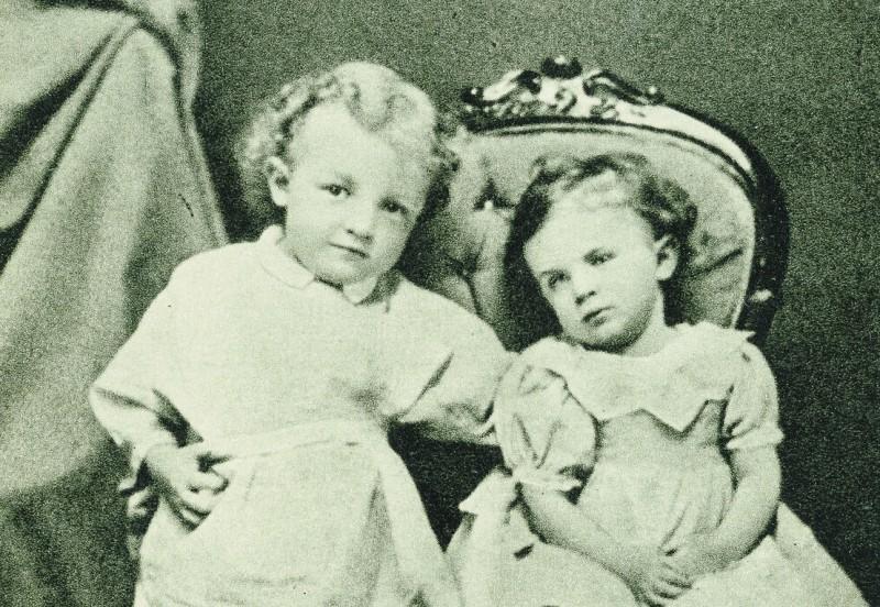 Володя Ульянов с сестрой Ольгой. Симбирск. 1874 год. Предоставлено М. Золотарёвым