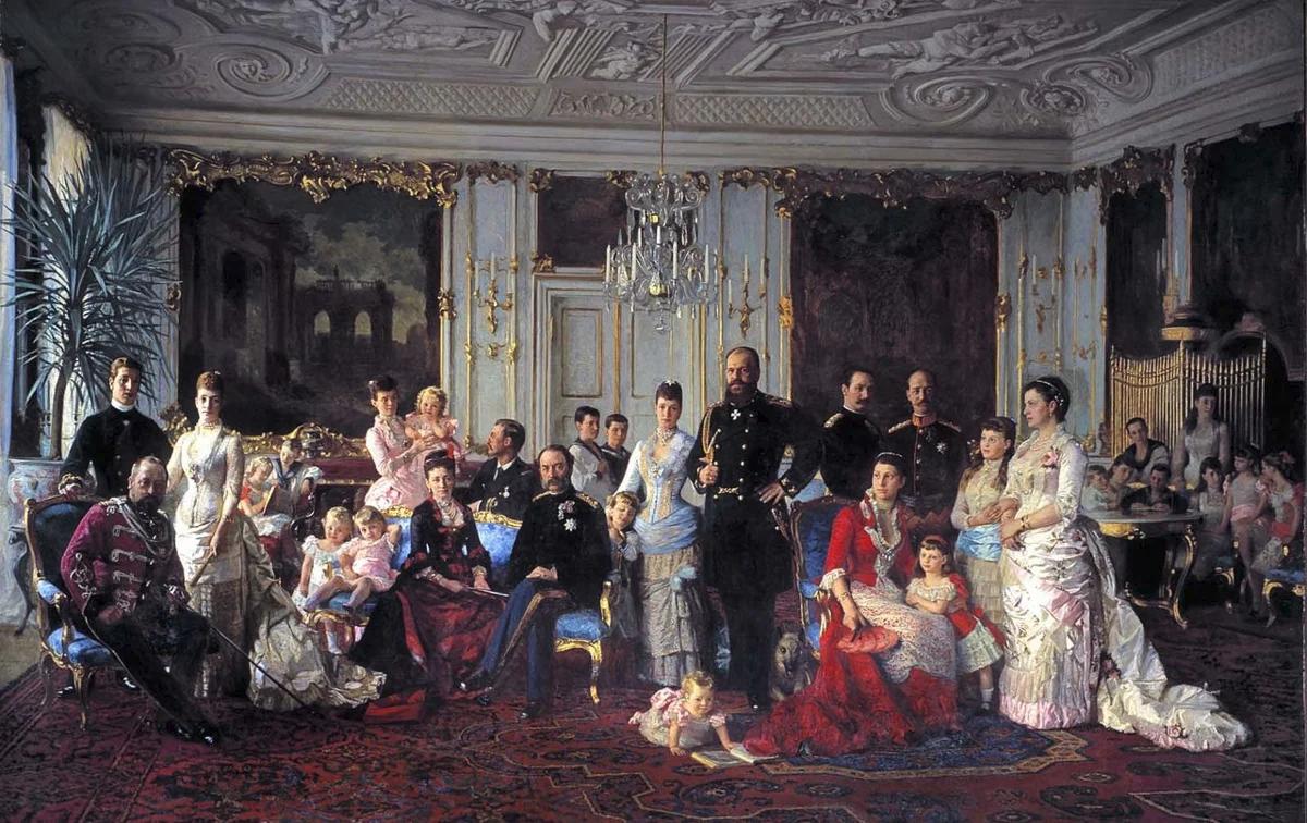 Датская  королевская семья, думаю, все увидели в центре российского императора с  императрицей, а принцесса Тира стоит немного слева в розовом платье с  дочерью на руках