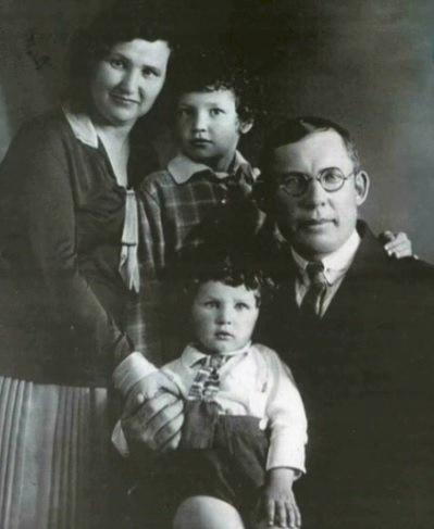 Александр Волков с женой Калерией и сыновьями Вивианом и Ромуальдом