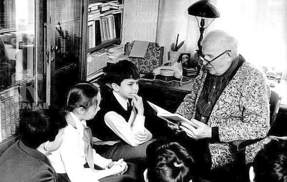 Александр Мелентьевич читает свою книгу детям