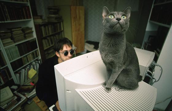 У себя дома с котом. 1996 / © Сергей Воронин