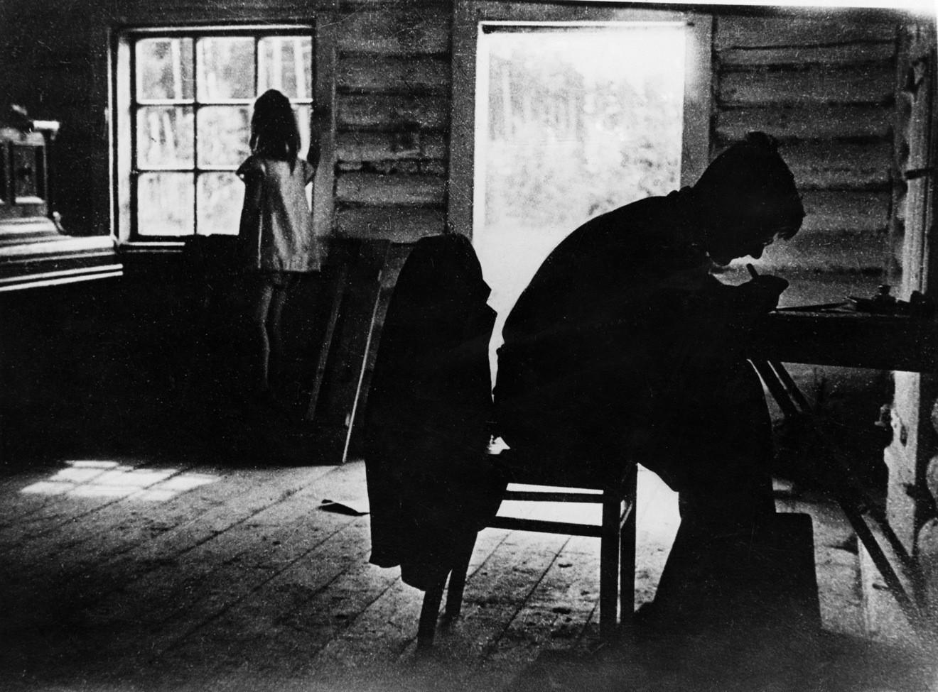 Дмитрий Шостакович за работой в компании дочери. 1943 год                                                                                           © Universal Images Group / Sovfoto / Diomedia