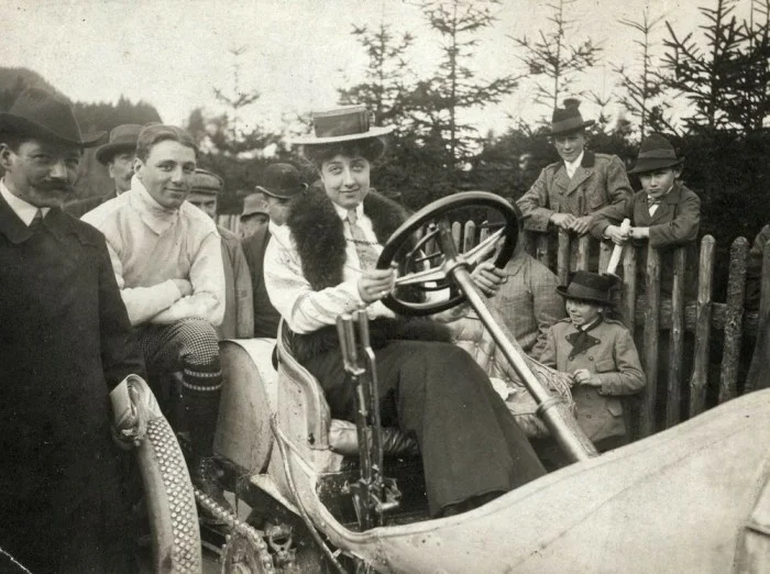 Единственная фотография, на которой Адриана позирует за рулем мерседеса.