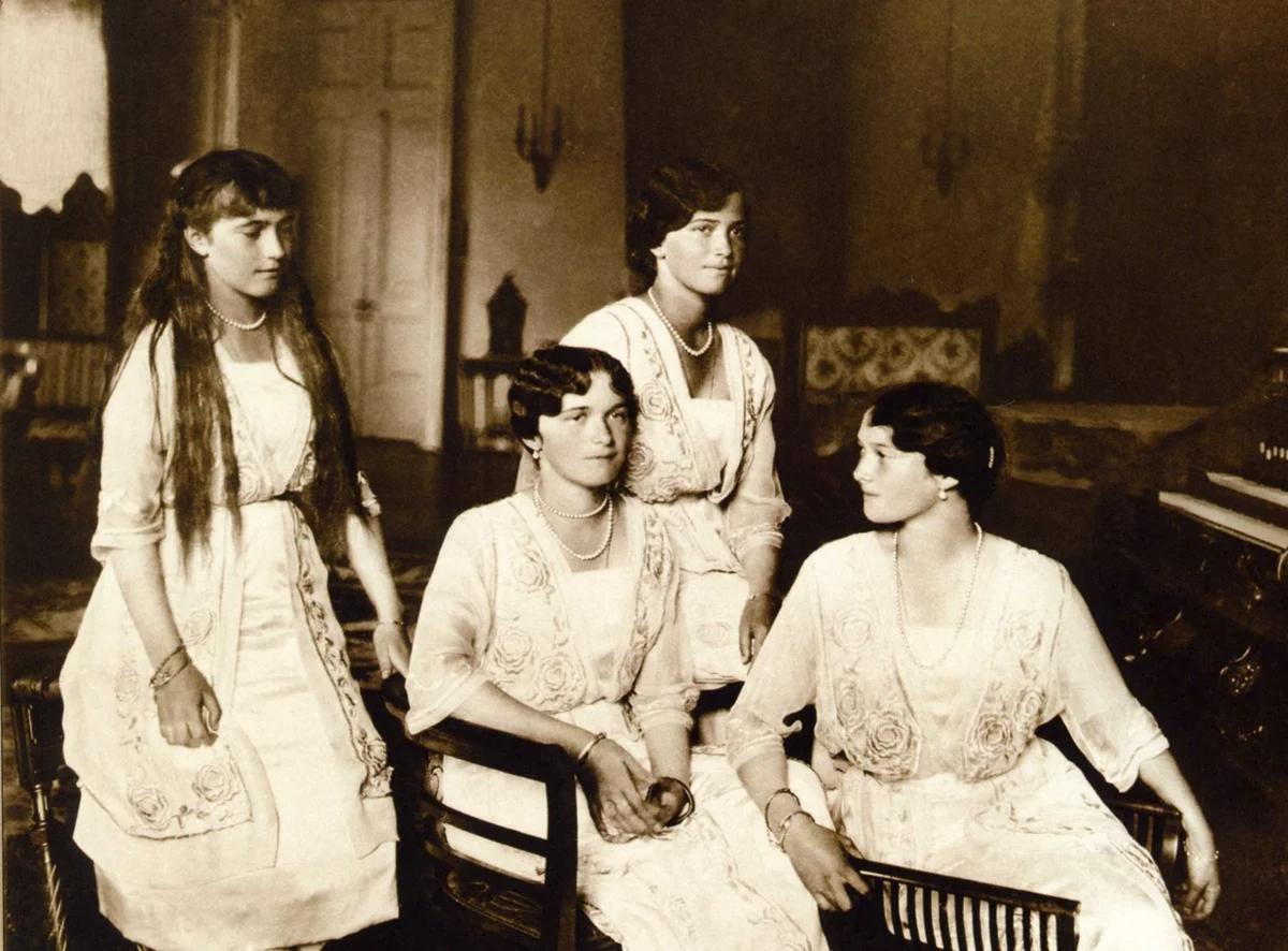 1916 год. Последнее официальное фото сестер. Анастасия, Ольга, Мария, Татьяна