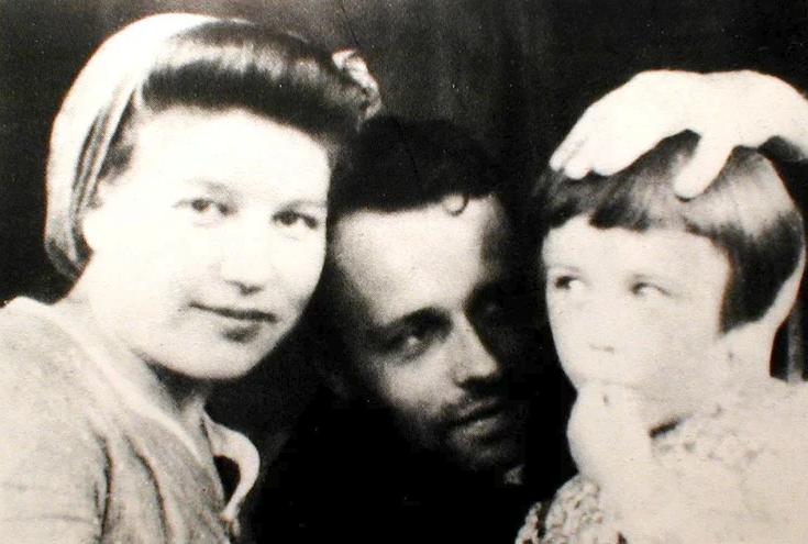 С женой Клавдией Вихиревой и дочерью Татьяной.1950 год. Фото из открытых источников. Яндекс