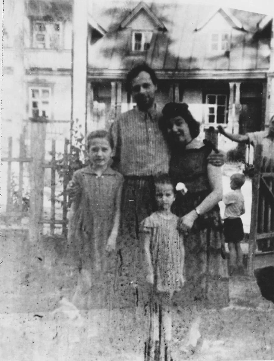 С Клавдией Алексеевной и дочерьми. Фото из открытых источников. Яндекс