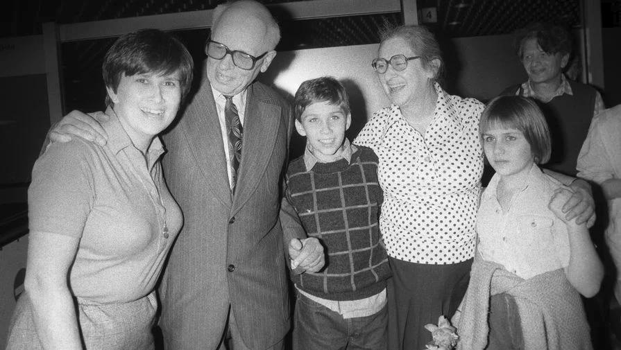 С дочерью Елены Боннэр Татьяной и её детьми. Фото из открытых источников. Яндекс