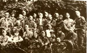 Лупашко С.И., 2-й ряд, крайний слева, партиз. отряд им. Сталина молд. кодры