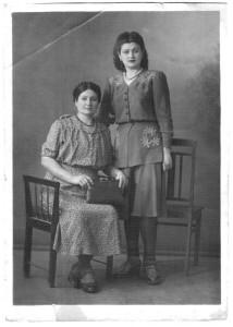 6) Tante Marina Muzicenco cu mama Liza la Bucuresti 1941