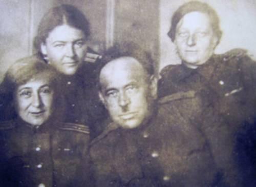 Валентина Викторовна (вторая слева) с фронтовыми коллегами — военными врачами