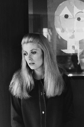 04_Аньес Варда. Катрин Денев, 1969. Катрин Денёв снималась в фильме «Апрельские безумства» с Джеком Леммоном. Снимок сделан в ее вилле на холмах Беверли-Хиллз. Жак [Деми — муж Аньес Варда, кинорежиссер, сценарист] ставил «Model Shop», а я снимала «Lions Love». Это было в 1969 году в Лос-Анджелесе. Предоставлено автором © Аньес Варда