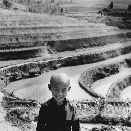 06_Аньес Варда. Ребенок на фоне рисовой плантации около Чунцина. Китай, 1957. Из серии «Китай». Предоставлено автором и галереей Натали Обадиа, Париж/Брюссель © Аньес Варда