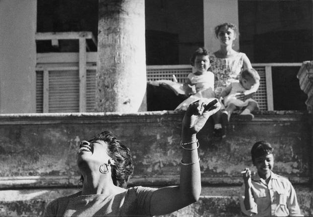 07_Аньес Варда. Студенты киношколы I.C.A.I.C. танцуют «ча-ча-ча». Студентка Сарита Гомез, женщина с детьми. Гавана, 1962–1963. Из серии «Куба». Предоставлено автором и галереей Натали Обадиа, Париж/Брюссель © Аньес Варда