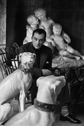 12_Аньес Варда. Лукино Висконти, 1962. Еженедельник «Realites» в 1962 году послал меня в Рим делать портреты Лукино Висконти. Он принял меня, так как высоко ценил мой фильм «Клео от 5 до 7». Его настоящие и бутафорские собаки произвели на меня не меньшее впечатление, чем он сам, такой серьезный и сдержанный. Предоставлено автором © Аньес Варда