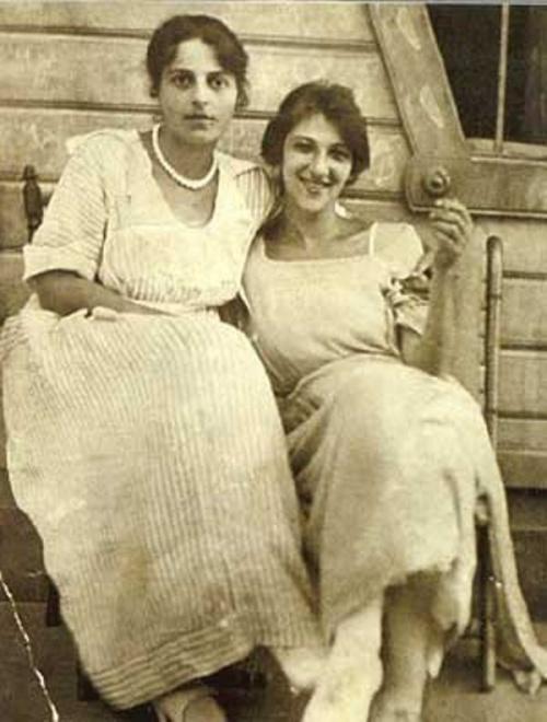 Фаина Раневская с сестрой Изабеллой в молодости