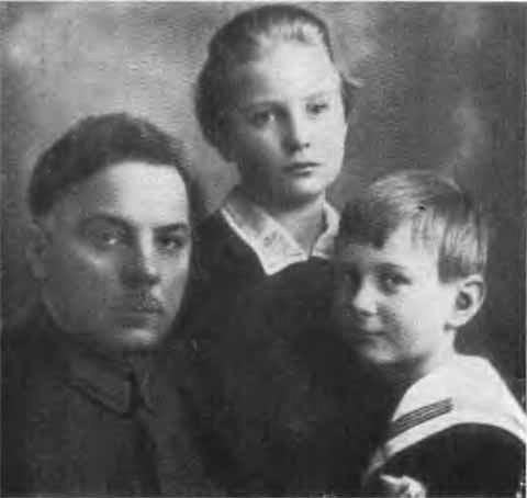 К. Е. Ворошилов с детьми М. В. Фрунзе Татьяной и Тимуром. 1926 г.