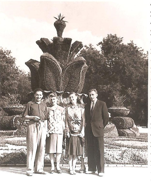 Братья Лункевичи Виктор и Сергей с женами, 1956 г. / Фото из семейного архива И. Б. Милютиной
