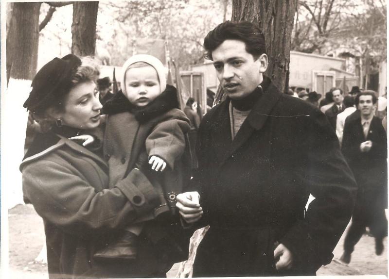 Наша семья — Сергей и я с Иринкой на руках, 7 ноября 1957 г. / Фото из семейного архива И. Б. Милютиной