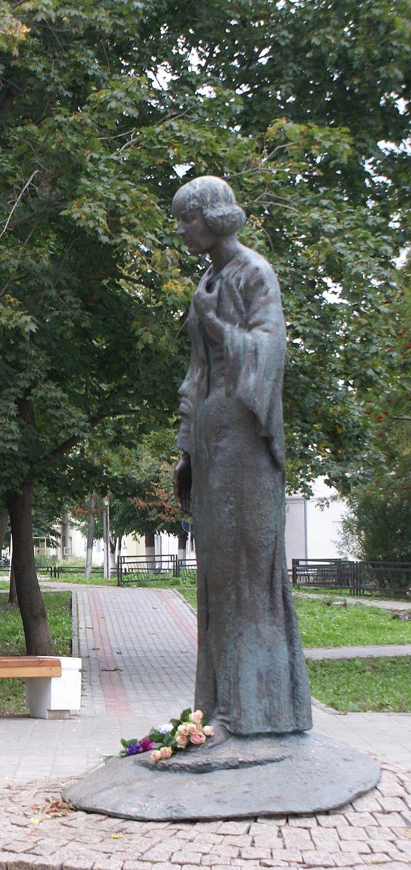 Памятник в Тарусе