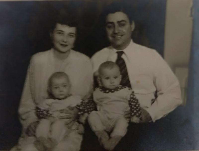 Таня с мужем Сеней Сиркисом и девочками-близняшками. Кишинев, декабрь 1954