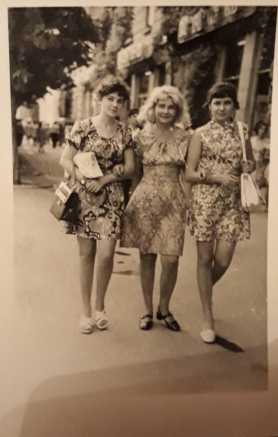 Таня с дочками-близнецами. Кишинев, 1974