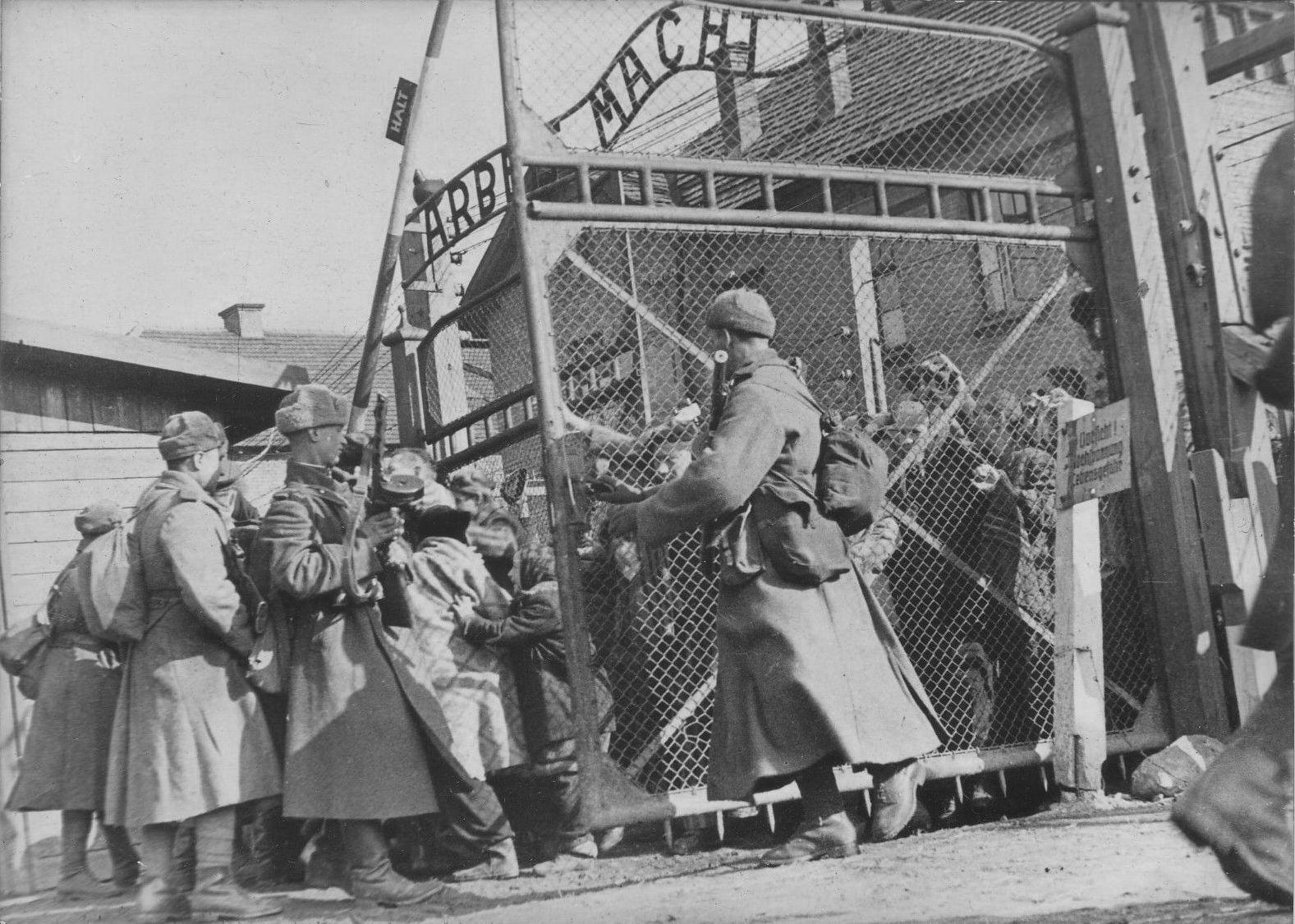Советские солдаты открывают ворота концлагеря Освенцим, 27.01.1945