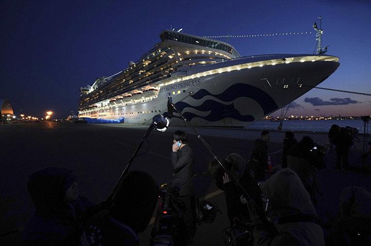 10 января 2020 года. Находящийся в карантине круизный лайнер Diamond Princess в порту Иокогамы, Япония.   © AP Photo, Eugene Hoshiko