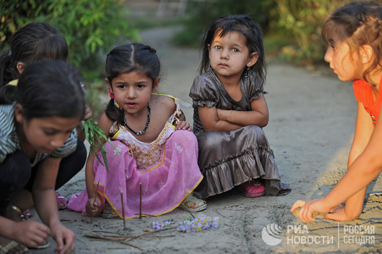 Дети из табора молдавских цыган, живущих в Заречном микрорайоне Тюмени, играют на улице.                             © РИА Новости, Павел Лисицын