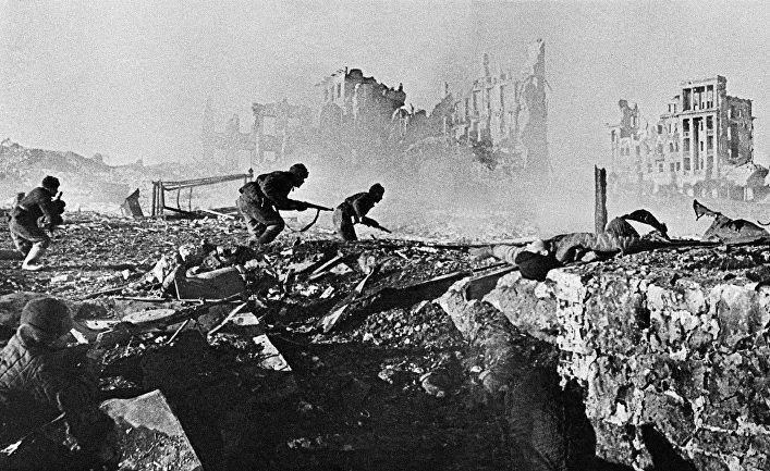 Советские солдаты штурмуют дом в Сталинграде. 1943 год / © РИА Новости, Георгий Зельма