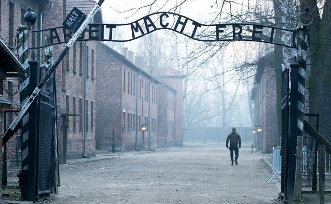 На фото: Освенцим. Вход на территорию бывшего концентрационного лагеря Аушвиц-Биркенау (Фото: Наталия Федосенко/ТАСС)