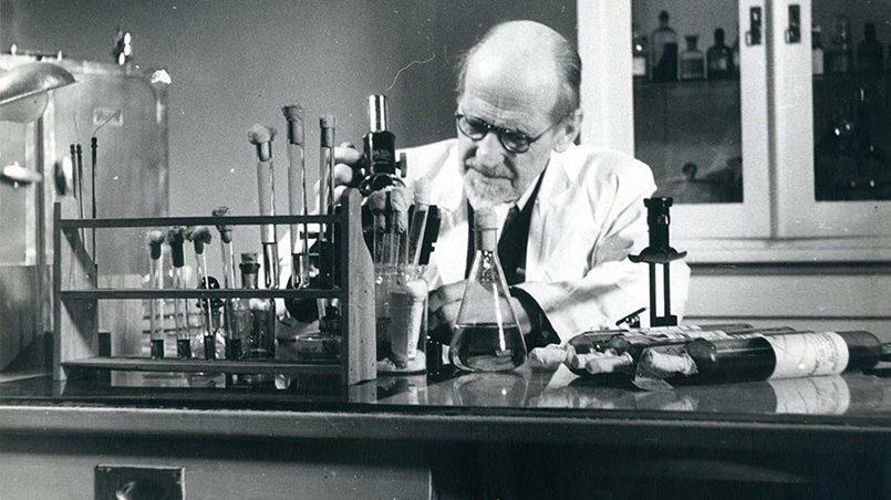 Август Кирхенштейн в лаборатории за работой