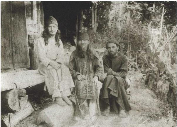 Иеромонах Онисим (Поль) (справа), старец схимонах Даниил, послушник Борис (Корди), в дальнейшем архимандрит Арсений (Корди)
