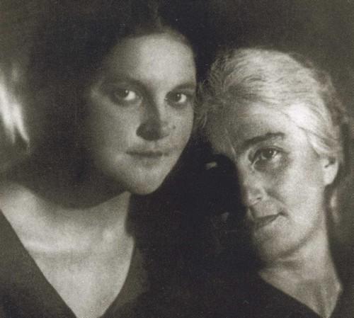 Валерия Пришвина с матерью Олега Поля. 1932 год
