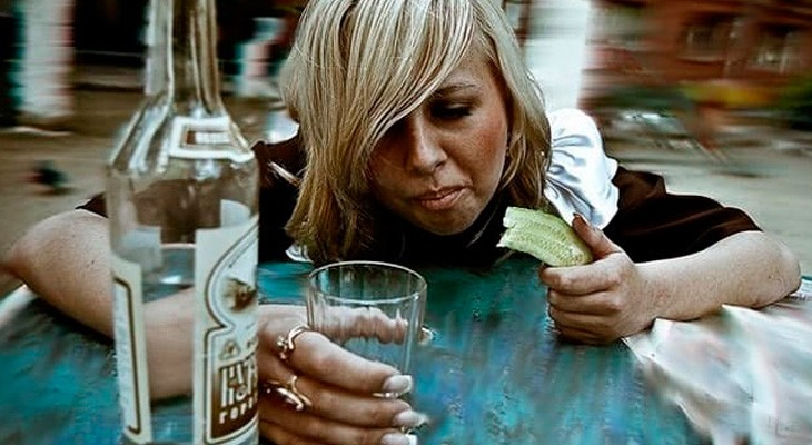 пьяные девушки возбуждают себя бутылкой