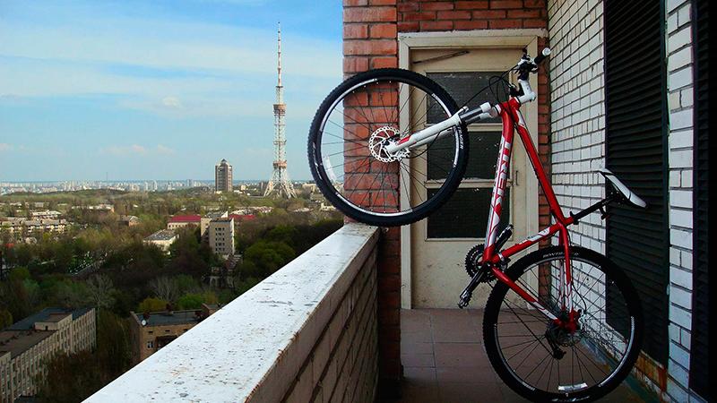 kak-xranit-velosiped-na-balkone5