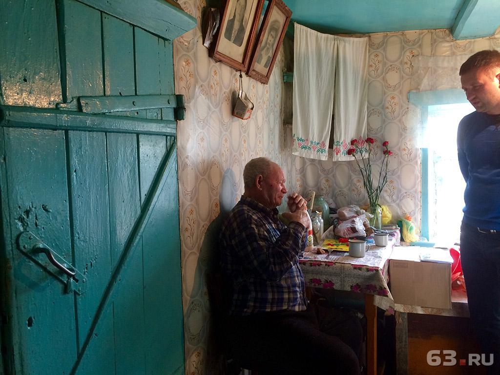 Дедушка с бабушкой моются в бане