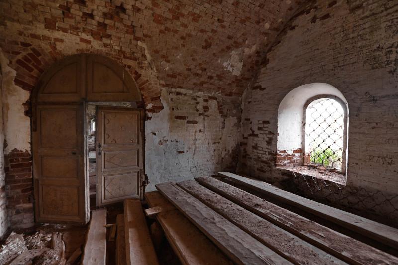 Заходим в каменную церковь. Внутри откровенная пустота и скука. Интерьер утрачен полностью.