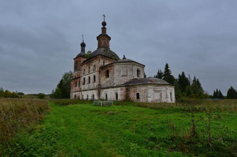 """Воскресенская церковь представляет собой широко распространённый в этих местах тип устюжского барочного храма """"кораблём""""."""