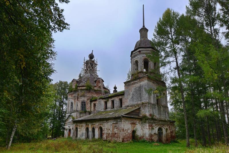 Георгиевская церковь, затерявшаяся в лесах как природных, так и строительных.