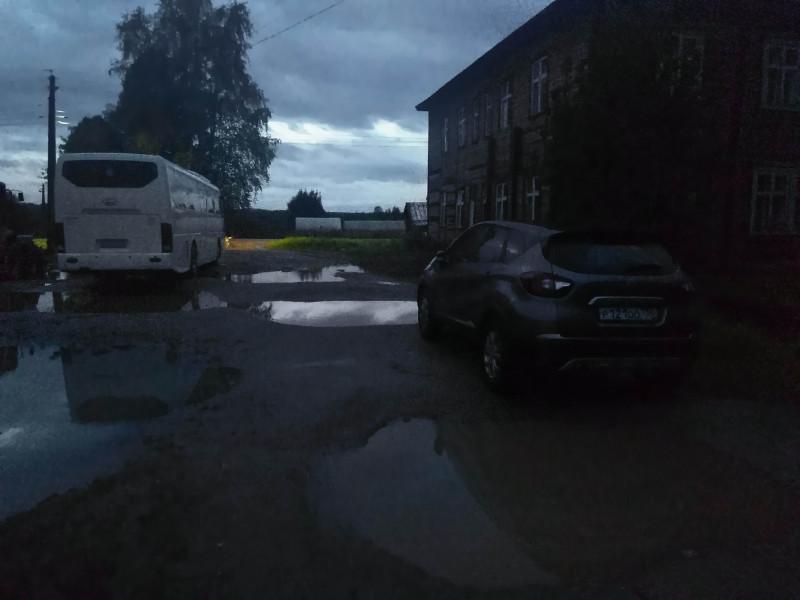 """Вот такой парковкой возле гостиницы """"Октябрьская"""" встретило меня село Боговарово."""