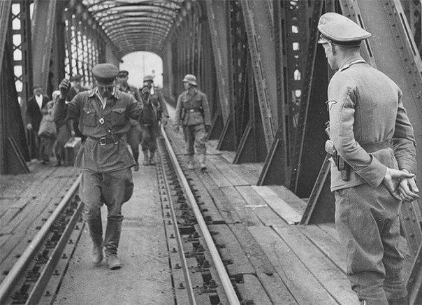 Картинки по запросу Во время Второй мировой войны на границе между Германией и Швейцарией был мост,
