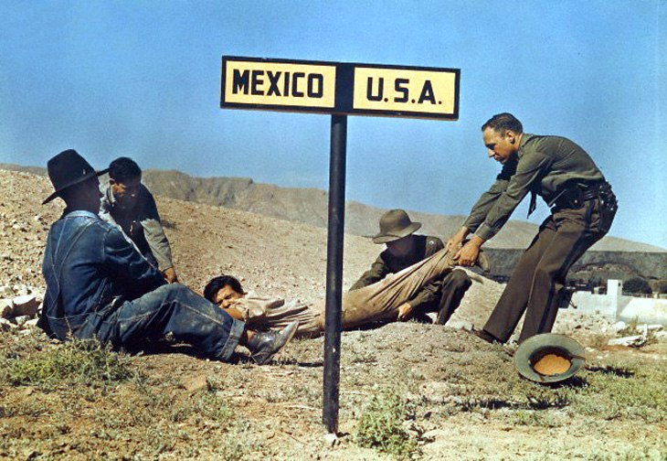 Два американских пограничника пытаются удержать беглеца