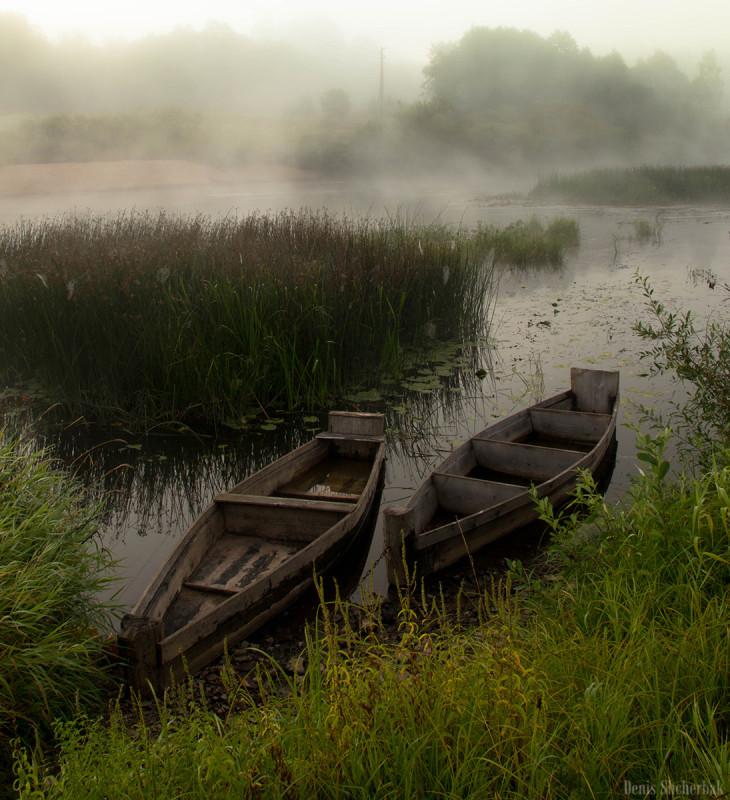 Лодочки спокойно стоят на воде, ожидая своих хозяев