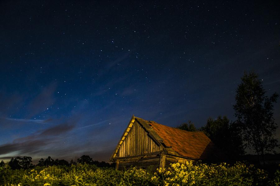 Старый сарай и ночное небо