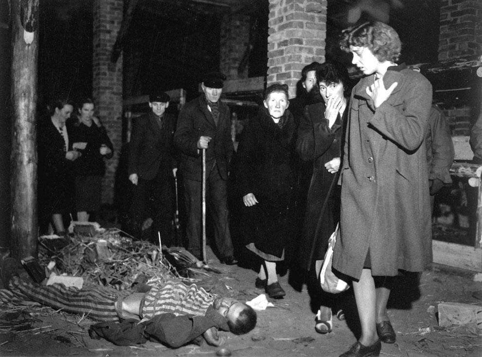 Граждане города Ludwigslust, Германии, обходят близлежащие концлагеря по приказу 82-й американской воздушно-десантной дивизии 6 мая 1945 года